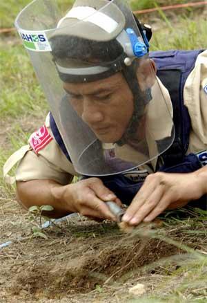 Minerydder på grensen mellom Thailand og Kambodsja. (Foto: Scanpix / AFP)