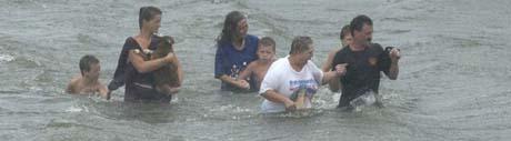 Innbyggere fra Moss, Mississippi, kommer seg i sikkerhet gjennom flomvannet. (Foto. W.Colgin, Mississippi Press/AP)