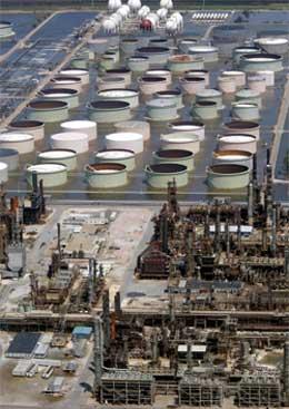 UNDER VANN: Ikke mye olje kan raffineres her med det første. Fra Codin i Alabama. Foto: Reuters/Scanpix.