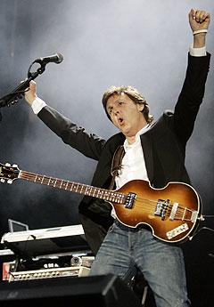 Paul McCartney er ute med nytt soloalbum, «Chaos and Creation in the Backyard». Denne gangen spiller han nesten alle instrumentene selv. Her fra Live 8 i Hyde Park i sommer. Foto: AP / Scanpix.