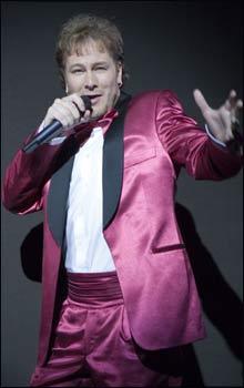 Gustav Nilson imponerer stort i sine musikalske og verbale parodieringer.