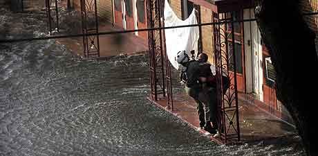 NEW ORLEANS: Klart for evakuering i den oversvømte byen. Et hvitt laken har signalisert at her trenges det hjelp. Foto: Tom Fox, AP