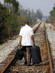 69 år gamle Lynwood Doronslet går på det høytliggende jernbanesporet. Målet er sønnens hjem i Metairie. Foto: Jerry Lara