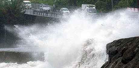TYFON: En stor bølge treffer motorveien i Kagoshima i det dørlige Japan. Foto: AP