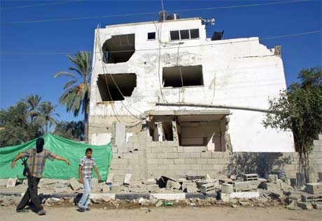 Dette er eitt av husa som vart øydelagt i eksplosjonen i går kveld. (Foto: Reuters/scanpix)
