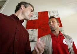 Jonas Gahr Støre (t.v.) i samtale med Øystein Larsen før avreise. (Foto: Bjørn Sigurdsøn/Scanpix)