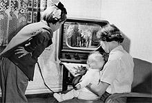 Det første prøveåret for Kringkastingens fjernsynforsøk var i 1954 (bildet), men allerede i 1937 kunne nordmenn oppleve fjernsynet på ei teknologiutstilling i Oslo. Foto: Age Storløkken / Aktuell / Scanpix