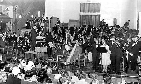 Kringkastingsorkesteret for full musikk under sending i Store Studio i 1958. Foto: NTB-arkiv / SCANPIX