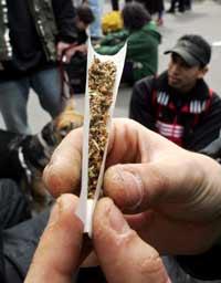 Rulling av joint. Foto: AFP/Scanpix - Francis Guillot