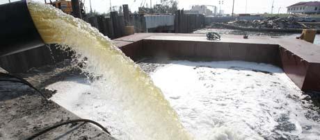 Vannet pumpes nå ut av New Orleans, men myndighetene tror det kommer til å ta flere uker å drenere byen. (Foto: AFP)