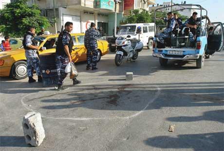 Palestinske politifolk på stedet Moussa Arafat ble drept. (Foto: Adel Hana/ AP/ Scanpix)