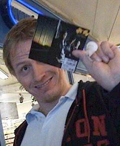 """En av kompisene til Warlocks drar rundt for å kjøpe kopier av """"Stay Warm"""". Foto: NRK."""