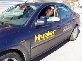 Avne vil lære å kjøre  bil. Foto: Marit K, Selmer.