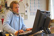 Hektisk for vaktsjef Øyvind Andre Haram like før sending. Foto: Per Kristian Johansen, NRK