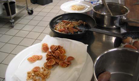 Roseval-potetene brukes blant annet til å lage potetgull til salater. Foto: Rune Jensen, NRK.