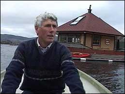 Ole Stenbakk og den flytande hytta hans. Foto: Eva Westvik