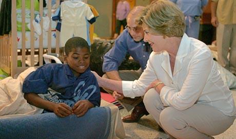 USAs førstedame Laura Bush besøkte orkanofrene i Cajundomen, der frivillige legger ned en betydelig innsats. (Foto: AP)