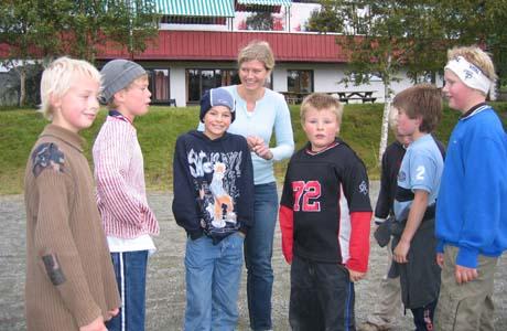 Beate Heieren Hundhammer sammen med noen av elevene ved Vats friskule. Foto: Gunnar Grimstveit, NRK.