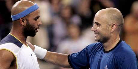 Andre Agassi trøster James Blake etter seieren i US Opens kvartfinale. (FOTO: REUTERS/ SCANPIX)