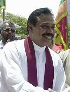 Sri Lankas statsminister Mahinda Rajapakse inngjekk ein avtale med det marxistiske partiet JVP i dag. (Foto: AFP/Scanpix)
