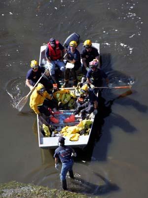 Redningsmannskaper kommer tilbake til land etter å ha lett etter overlevende. (Foto: D. Phillip, Reuters)