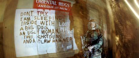 På nattpatrulje i New Orleans: Kriminaliteten sank drastisk da soldatene ble satt inn. Men alle føler seg tydeligvis ikke helt trygge. (Foto: R.Bowmer, AP)