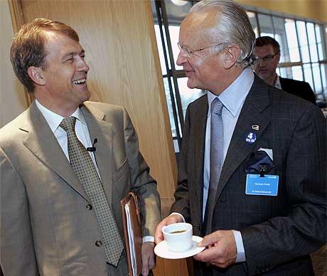 EN SJEF OG EN POLITIKER: Hydro-sjef Eivind Reiten er ikke alltid like imponert over kunnskapen til norske politikere om globale konkurranseforhold. Bergens-ordfører og kaffeeier Herman Friele være et unntak Foto: Heiko Junge/Scanpix.