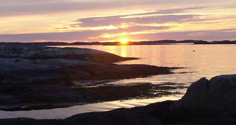 Årlig besøkes den svenske vestkysten av tusener av utlendinger på jakt etter fred og ro. Mekleren, som selger Keholmen, tror det er en 50 prosents sjanse for at en utlending kjøper øya. Ill. foto: Rainer Prang, NRK