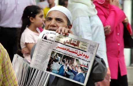 En dag Egypt aldri vil glemme, er tittelen på hovedartikkelen i denne avisen. Bildet viser Mubarak som vinker til tilhengere (Scanpix/AP)