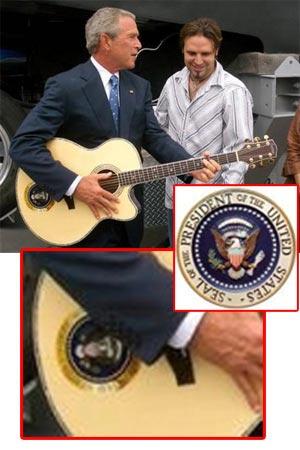 30. august, tre dager etter at guvernøren i Louisiana ba Bush erklære unntakstilstand: Presidenten spiller gitar med en countryartist. (Bildet er ikke manipulert)
