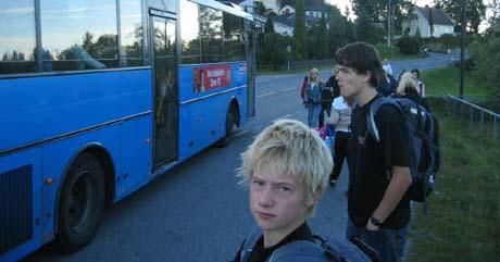 Mer enn ti elever sto igjen da skolebussen kjørte fra Åfoss fredag morgen. Foto: Ken Willy Wilhelmsen, NRK.
