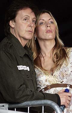 Paul McCartney fikk unge Nigel Godrich til å produsere den nye platen. Han sørget for at McCartney måtte skjerpe seg. Her er Sir Paul sammen med kona Heather bak scenen under Live 8-konserten i sommer. Foto: AP / Scanpix.