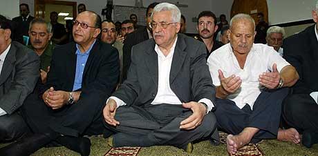 Palestinernes president Mahmoud Moussa (i midten) deltok i dag i begravelsen av Yasser Arafats fetter Moussa Arafat. Arafat ble skutt ned og drept utenfor sitt hjem i går. (Foto: Reuters/Scanpix)