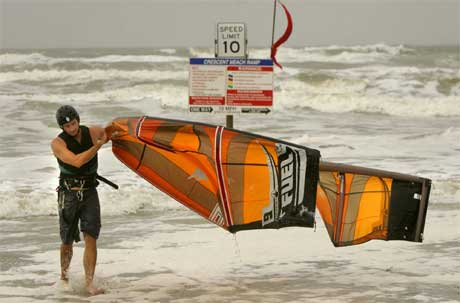 Surfere strømmer til Florida der orkanen Ophelia allerede skaper høye bølger.(Foto: AP, The Gainesville Sun, Rob C. Witzel)