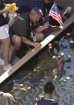 Sørgende kastet blomster i et basseng. (Foto: Reuters/Scanpix)