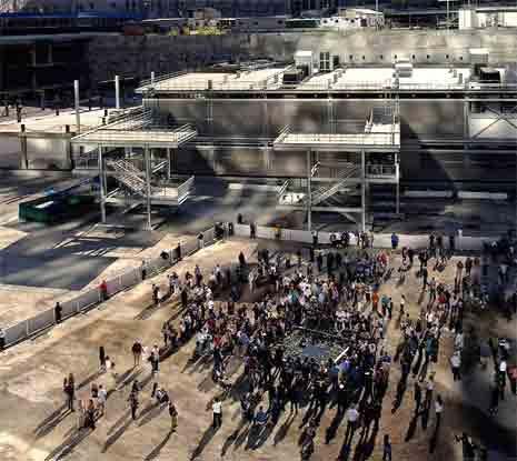 De etterlatte samlet seg på Ground Zero for å delta i minnemarkeringen. (Foto: Reuters/Scanpix)