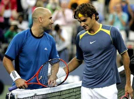 Andre Agassi måtte bare innse at Roger Federer var bedere i US Open-finalen (Foto: AP Photo/Jeff Zelevansky, Pool)