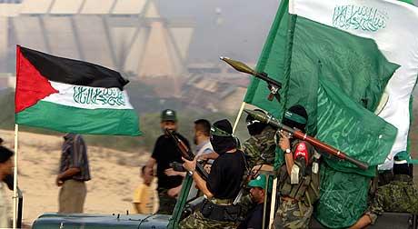 Medlemmer av Hamas ankom til den tidligere bosetningen Neve Dekalim sør på Gazastripen i dag. (Foto: AFP/Scanpix)