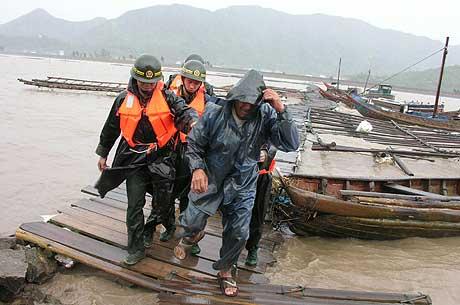 Kinesiske soldater evakuerer en fisker i byen Leqing i Zhejiang-provinsen. (Foto: Reuters/Scanpix)