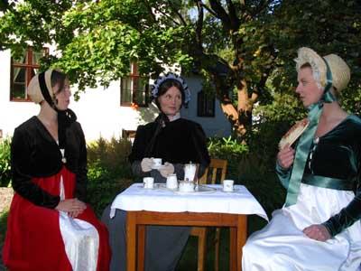 Jjomfru Benedikte Narum Jensen, madam Ingeborg Kauffeldt alias Grete Kvingedal, jomfru Janka Stensvold blir foreviget på Gjøvik gård (Foto: NRK)