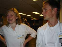Medisinstudentane Siri Særvold Nilssen og Rune Kalhagen er i praksis på Førde Sentralsjukehus. Foto Idun Husabø Anderssen NRK