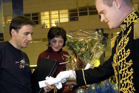 Morten Holmefjord alias Hans Eksellense Visekongen av Fusa, overrakte Liv Grete og Raphael Poiree æresborgerskap i Kongedømet Fusa i 2004, da de ankom Flesland. Foto: Scanpix