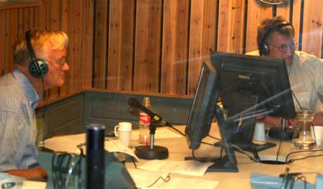 Programleder Hans Jørgen Olsen (t.h) og valgkommentator Kjell Bjørndal i studio.