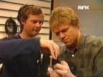 Ole og Petter ser på mikrofonen.