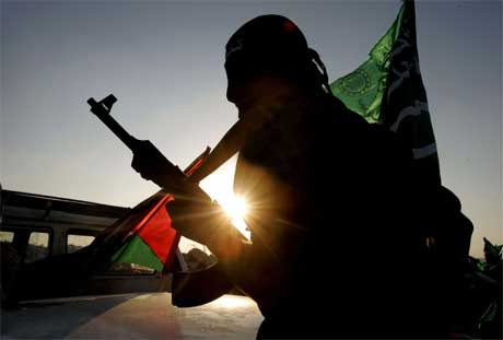 KLAR TIL KAMP: Hamas-medlem på vei mot den tidligere jødiske bosettingen Dugit nord på Gazastripen. (Foto: Scanpix / Reuters / Yannis Behrakis)
