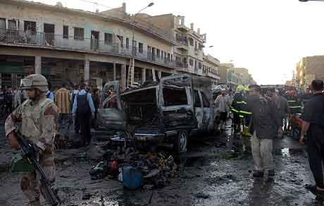 Irakiske soldater sikrer området etter bombeeksplosjonen. Foto: Asaad Muhsin, AP