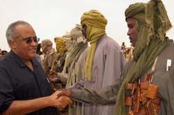AUs forhandler i Darfur, Salim Ahmed Salim (v.) hilser på SLM-milits i SLA-området i Nord-Darfur. (Foto: S.Omar, AFP)