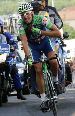 Carlos Garcia Quesada smilte i det han vant 17. etappe. (Foto: Reuters/Scanpix)