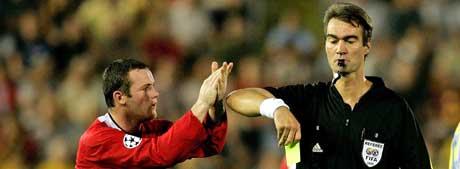 Wayne Rooney demonstrerer mot Kim Milton Nielsen. (Foto: Reuters/Scanpix)