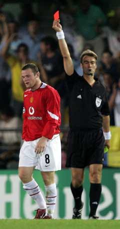 Wayne Rooney får det røde kortet av Kim Milton Nielsen. (Foto: AP/Scanpix)